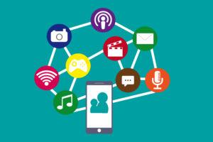 Ein Smartphone und verschiedene Medien sind zu sehen.