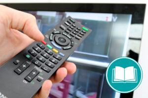Smart TV der gerade mit einer Fernbedienung eingestellt wird.