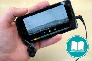 Zu sehen ist ein Smartphone, auf dem ein Video gestreamt wird.