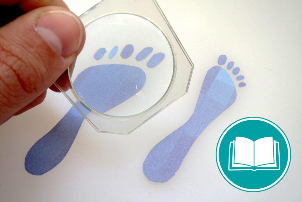 Fußabdrücke, die mit Hilfe einer Lupe verfolgt werden, genauso wie Daten.