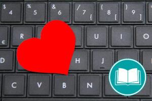 Ein rotes Herz liegt auf einer Computertastatur.