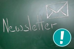 Auf einer Tafel steht das Wort Nesletter und das Symbol für eine E-Mail ist abgebildet.
