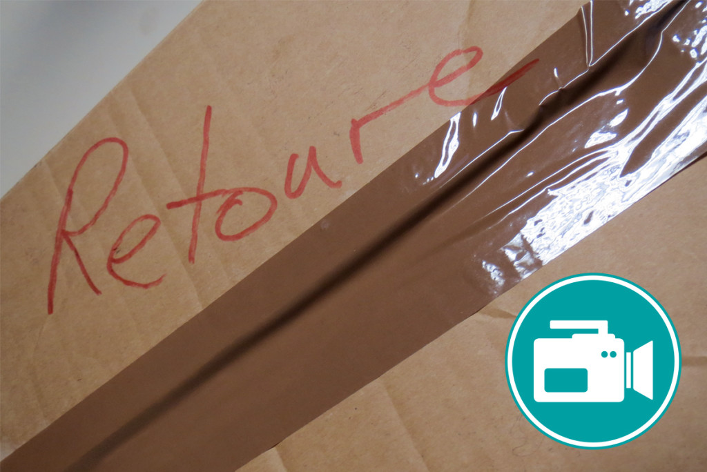 Ein Päckchen, auf dem Retoure steht ist zu sehen.