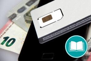 EIne Prepaid-Karte liegt auf einem Smartphone und Geld.