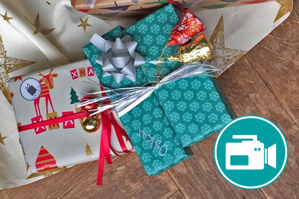 Geschenke liegen auf dem Boden