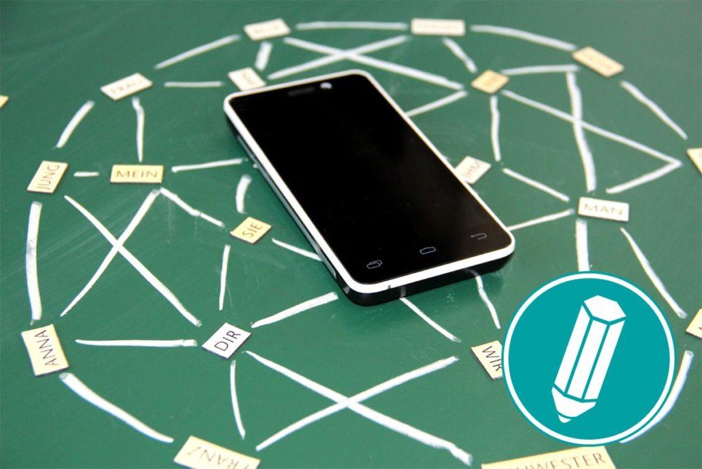 Ein Netz aus Kreide in der Mitte liegt ein Smartphone