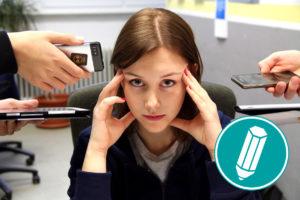 Viele Geräte werden einer Frau vor das Gesicht gehalten.