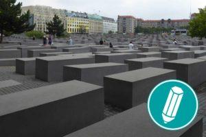 Das Holocaust Denkmal in Berlin ist abgebildet. Es sind viele Steinsäulen zu sehen
