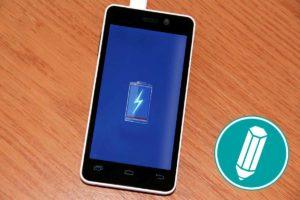 Ein Smartphone ist zu sehen. In der Mitte des Smartphones wird eine leere Batterie angezeigt.