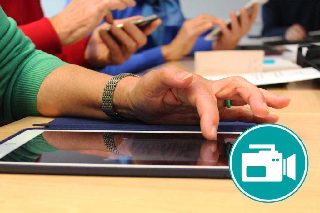 Frau wischt mit dem Finger über Tablet