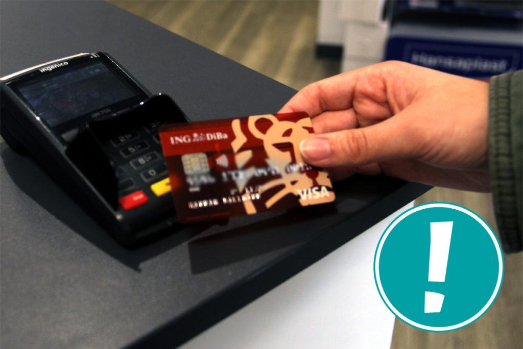 Visa Karte vor einem Kartenlesegerät