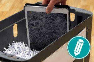 Ein Tablet wird in den Müll geworfen