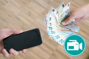Geld wird gegen ein Smartphone getauscht.