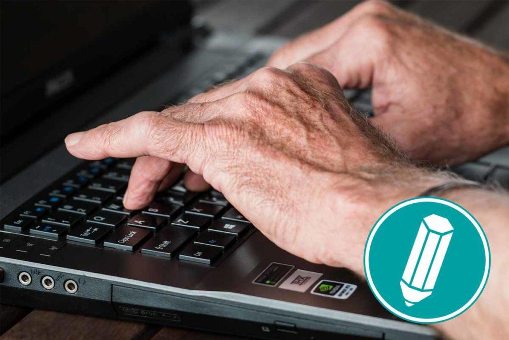 Jemand schreibt etwas auf dem Laptop.