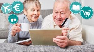Das Bild zeigt ein älteres Pärchen, wie sie zusammen vorm Tablet sitzen und online einkaufen.