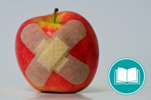 Ein Apfel ist mit zwei Pflastern beklebt..