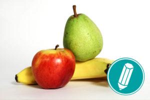 Auf dem Bild liegen ein Apfel, eine Birne und eine Banane nebeneinander.
