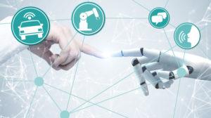 Eine menschliche Hand berührt eine Roboter-Hand.