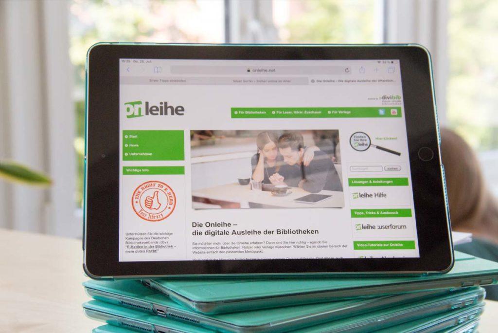Auf dem Bild sieht man ein Tablet, auf dem die Onleihe-App geöffnet ist.