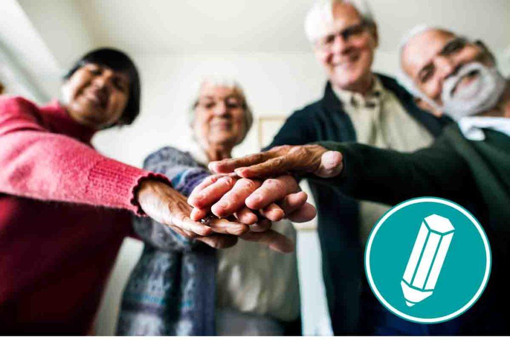 Menschen halten die Hände in der Mitte aufeinander