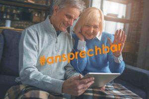 Ein älterer Mann und eine ältere Frau telefonieren per Video auf ihrem Tablet