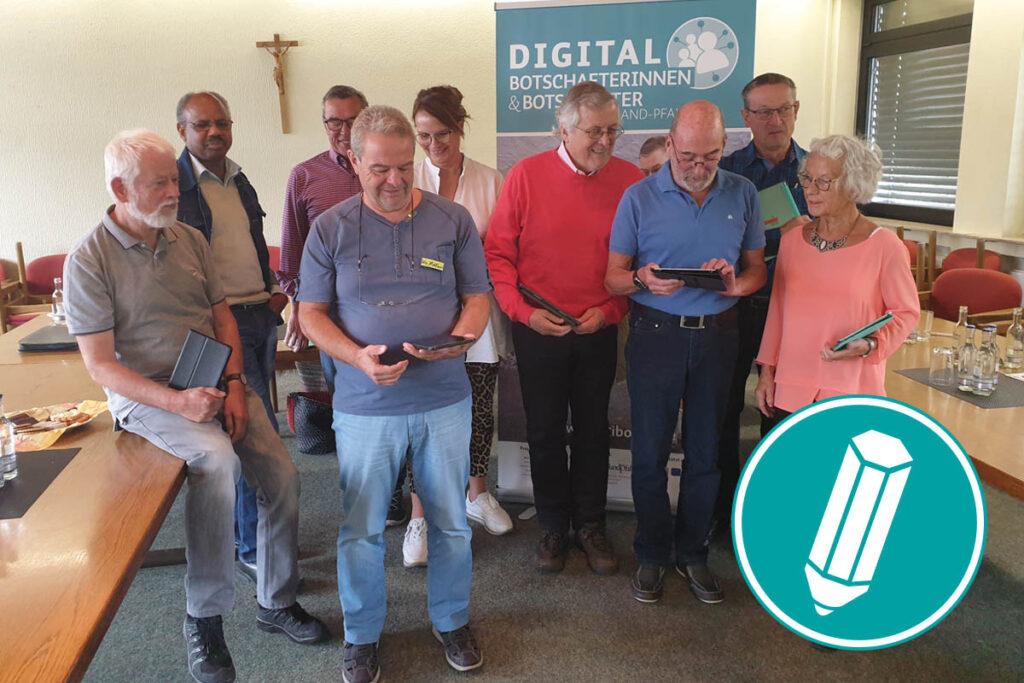 Gruppenbild von neun Digital-Botschafterinnen und -Botschaftern steht vor einem DigiBo-Rollup.